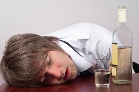 Man die met hoofd op tafel ligt na een nachtje doorhalen.